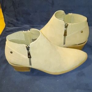 New Simply Vera sleek and sexy ankle boots size 9